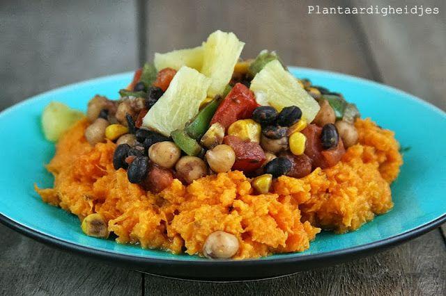 Mexicaanse groenteschotel met zoete aardappel puree - met zoete aardappel, ui, knoflook, paprika, mais, kikkererwt, zwarte bonen, tomaat, ananas, mexicaanse kruiden