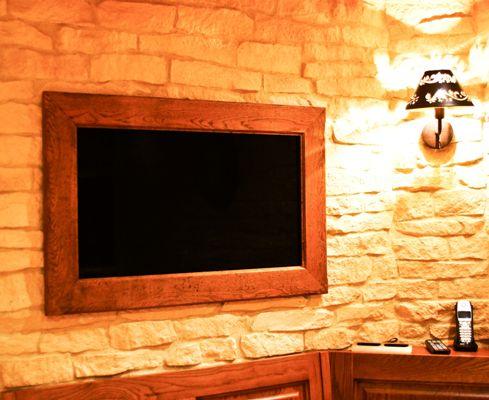 Ce Cadre TV rustique en hêtre massif fait sur mesure habille un téléviseur Samsung de 32″. Ce Cadre TV rustique s'intègre à la perfection dans cette cuisine.