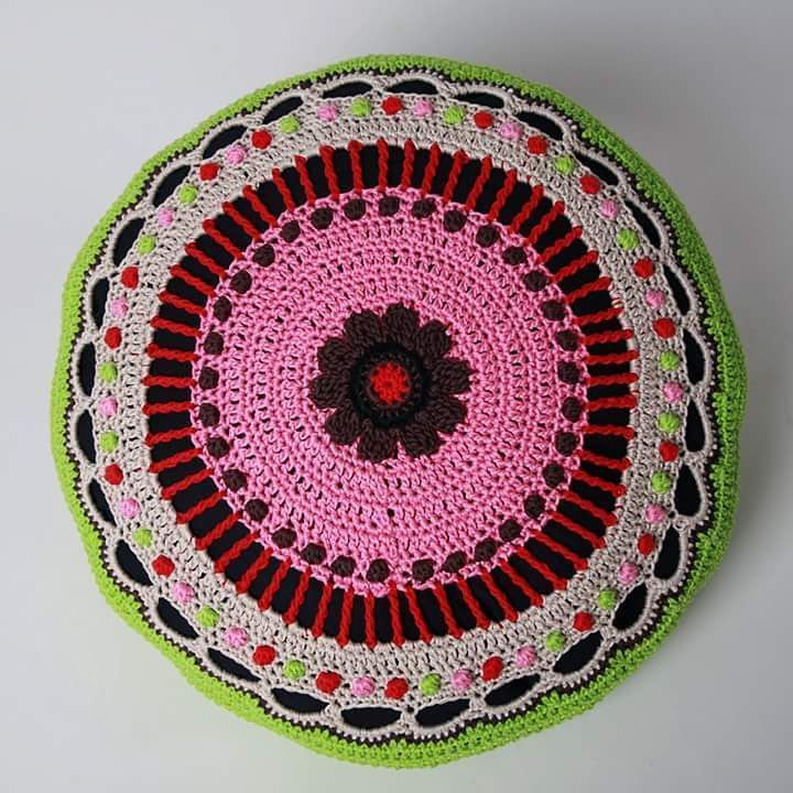 Estelle,crocheted pillow. Design by me, Veronica Fransson, Studio Magenta. I have done so many crochet pillows. Denna kudden skickade jag till Estelle som doppresent. #crochetpillows  #estelle  #crochet #virka  #veronicafranssondesign  #studiomagenta  #pillow #flower
