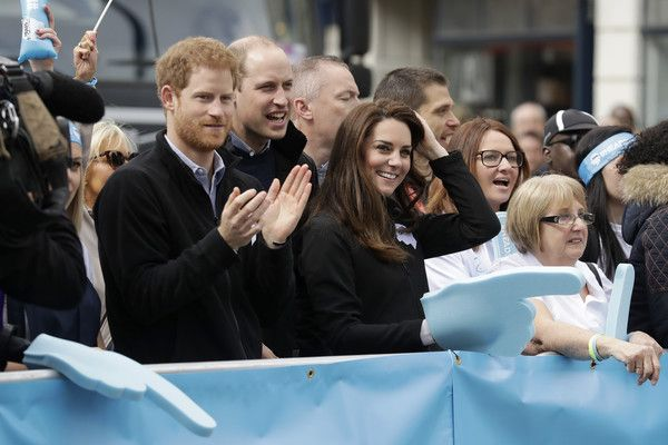 Kate Middleton Photos Photos - Prince Harry, Prince William, Duke of Cambridge and Catherine, Duchess of Cambridge cheer on runners at a 'Heads Together' cheering point along the route of The Virgin Money London Marathon 2017 on April 23, 2017 in London, England. - The Duke & Duchess of Cambridge and Prince Harry Attend the Virgin Money London Marathon