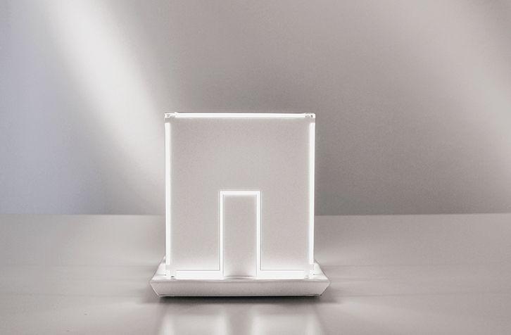 Light house, produzione numerata, una lampada da tavolo in metallo verniciato bianco.