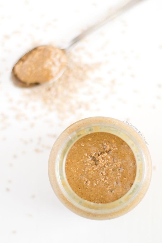 El tahini es una pasta o salsa hecha a base de sésamo o ajonjolí que se utiliza a menudo en la gastronomía de Oriente Medio, en platos como el hummus.