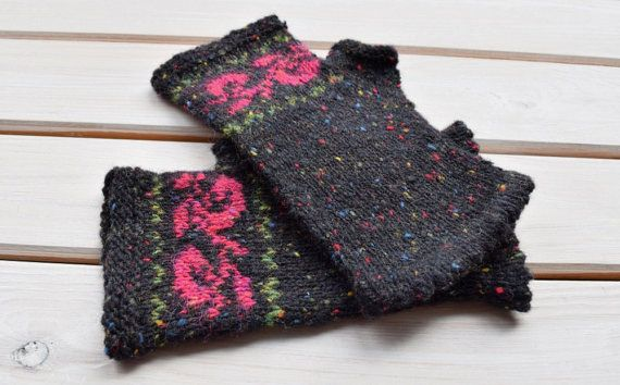 Diese fingerlosen Handschuhe werden von Hand aus Donegal Tweed Wolle gestrickt und verfügen über einen klassischen Fair-Isle-Muster.  Der Name Donegal stammt aus der irischen Grafschaft Donegal. Schafe gedeihen in den Hügeln und Sümpfen von Donegal und einheimische Pflanzen wie Brombeeren, Fuchsia, Ginster und Moos bieten Farbstoffe. Typisch für die echteDonegal ist seine besondere Optik: die kleine Farbe Knöpfe, Flecken oder Neps genannt. Donegal Tweed steht für höchste Qualität, eine…