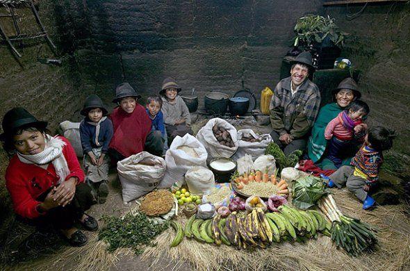 """Le photographe américain Peter Menzel a parcouru le monde avec sa femme pour étudier le comportement alimentaire des différents pays. Dans sa série """"What I Eat"""", le photographe prend en photo des familles de cultures diverses devant la nourriture qu'elles consomment en une semaine."""