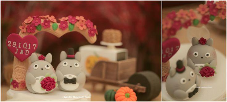 Love Totoro トトロ bride and groom custom wedding cake topper, autumn theme wedding decoration and charactrers cake decor ideas. #weddingideas #weddingdetails #weddingthings #weddingseason #couplecaketopper #handmade #custom #fall #flowerstree #autumnleaves #initials #marriage #justmarried #clay #sculpted #cartoons #bouquet #紅葉 #mariage #Hochzeit #結婚式 #Boda #nozze #婚禮 #ceremony #cakedecor #kikuikestudio