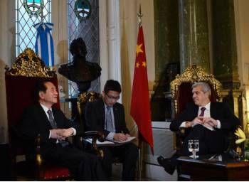 Julian Dominguez junto al vicepresidente del Comité Central de la Conferencia Consultiva Política del Pueblo Chino, Han Quide,