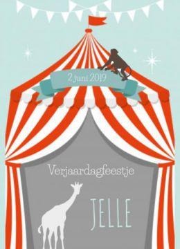 Verjaardagsuitnodiging met circus thema voor een jongen. Een mint groene achtergrond met daarop een tent met rode en witte strepen. In de tent staan de silhouetten van een giraffe en een aapje.