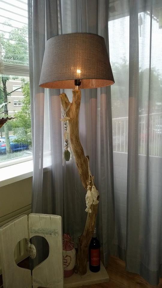 Lamp om zelf te maken van tak, op een plank en gat bovenin maken om daar het armatuur in te maken.