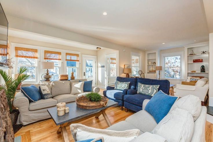 House in South Portland, United States. 6 mins to DT Portland;  4 blocks to Willard Beach  NEWLY RENOVATED 1927 home has been completely transformed by a famous designer and has been featured on numerous websites (Hooked on Houses, Farmhouse Tours, Cottage Living, and many more).  4-5 B...