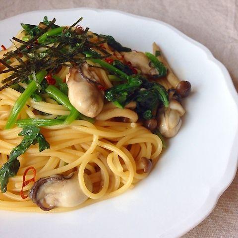 買い物に行ったら牡蠣が安かった〜( ´ ▽ ` )ノ ほうれん草もおいしくなってきたので和風なパスタにしてお昼ごはん♪ 作り方↓ ①スパゲッティを表示時間通りに茹でる。 ほうれん草はあくが気になるので別鍋でさっとゆがく。牡蠣はやさしく洗って水気をきっておく。 ②フライパンにオリーブオイルを熱してしめじを炒めて塩コショウし、パスタを入れる少し前にバターを加え(パスタ100gに対して10g)牡蠣を炒める。茹でたパスタ、茹でたほうれん草も加えて醤油とめんつゆで味を整える。 子どもが鷹の爪を嫌がるのでお皿に盛ってからトッピングしました。