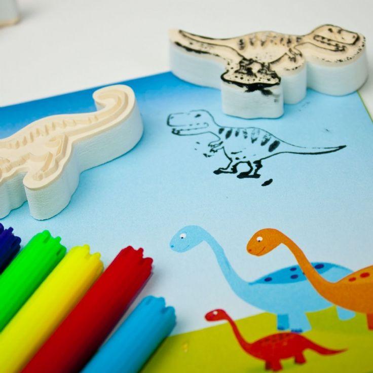 SET DE ESTAMPACIÓN MINI DINOSAURIOS Contiene 8 sellos de motivos de dinosaurios, 1 tampón de tinta, 3 rotuladores y 12 escenarios para pintar. Crear escenas y argumentos que utilizan este mini juego. Elija entre 8 diseños de sellos de dinosaurios diferentes y 12 hojas perforadas de paisaje. No recomendado para menos de 3 años Medidas aproximadas: 20 X 13 X 6,5 cm #manualidades #sellosestampacionparaniños PVP: 15,90 € http://www.babycaprichos.com/set-de-estampacion-mini-dinosaurios.html