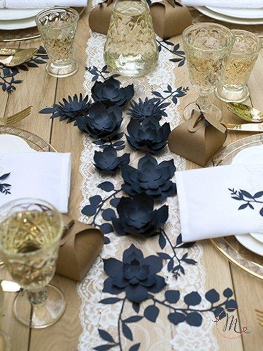Fiori decorativi da tavolo blu.  Originali fiori decorativi in carta in tre modelli differenti.  Set da 3 pezzi. Ogni set contiene 9 pezzi di nastro adesivo. Misure: 7.5 cm, 8 cm, 8.5 cm. #matrimonio #wedding #fiori #segnaposto #segnatavolo #party #ceremony