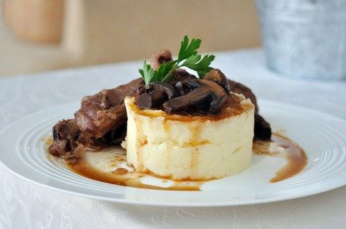 Картофельное пюре с голубым сыром и соусом из грибов с карамелизованным луком