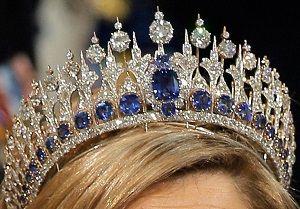 apprécie les joyaux de la Collection de la maison d'Orange-Nassau et porte le jour de l'intronisation de son époux, le roi Willem-Alexander, un diadème qu'elle a fait modifier à son image...réalisé en 1881 par Mellerio dits Mellers, ce diadème en saphirs et diamants, est un cadeau du roi Willem III à son épouse la reine Emma: il est la pièce maîtresse d'une parure comprenant un collier, un devant-de-corsage et deux bracelets. BIJOUSSIMO