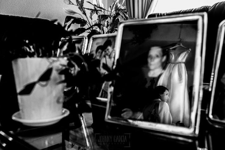 El vestido de la novia y la novia reflejados en un portafoto
