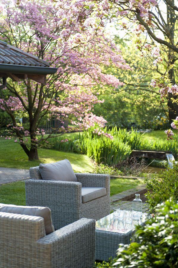 Un angolo del giardino che invita alla pausa e al relax #outdoor #living #area #garden