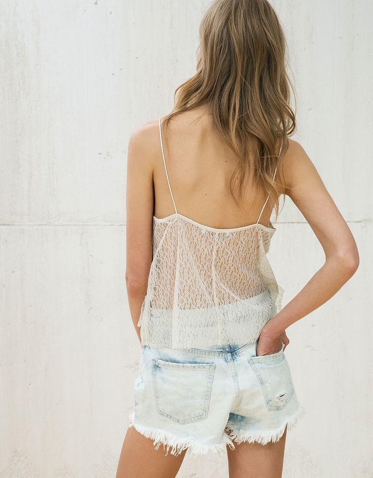 Pantaloni scurți denim talie înaltă rupturi în partea din față.Descoperă aceste produse Bershka precum și multe alte noi produse săptămânal