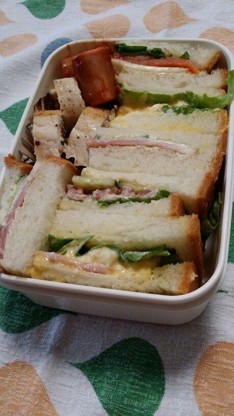 サンドイッチ弁当 スモークサーモン&チーズ、卵、トマト&キュウリ、ハム&きゅうりサンド チキン野菜巻き、ウインナー