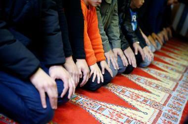 Muslime während des Freitagsgebet in der Kuba Camii Moschee in Köln beten