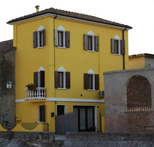 B&B Casetta Gialla Loreo Set in Loreo, 43 km from Venice, B&B Casetta Gialla boasts a terrace and views of the river. Free private parking is available on site.  A TV is available.  You will find luggage storage space at the property.