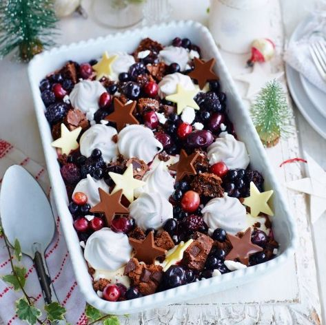 Black forest mess is the perfect option for a family desert. Full of fruit, brownies, meringues and brandy, it's sweet, full of crunch and only takes 10 minutes to prepare.