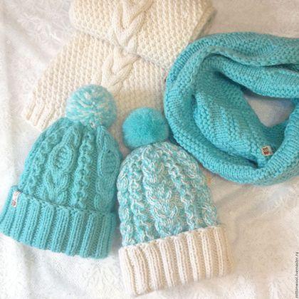 Купить или заказать Бело-бирюзовый комплект - шапочка и шарф или снуд в интернет-магазине на Ярмарке Мастеров. Бирюзовый снуд и бирюзовая шапочка проданы. Бело-бирюзоваяшапочка и белый шарф в наличии. Белый шарф с косами или снуд в два оборота цвета Тиффани и структурным рисунком 'корзиночка', бирюзово-мятная шапочка или меланжевая с белым отворотом - любая комбинация на выбор. Отличный подарок на Новый Год для подруги, сестры, мамы или себя любимой.