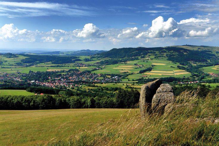 Vom Simmelsberg in der Rhön habt ihr durch die Höhe von 843 Metern einen grandiosen Ausblick über die hessische Rhön. Im Winter ist es übrigens ein tolles Wintersport Gebiet.