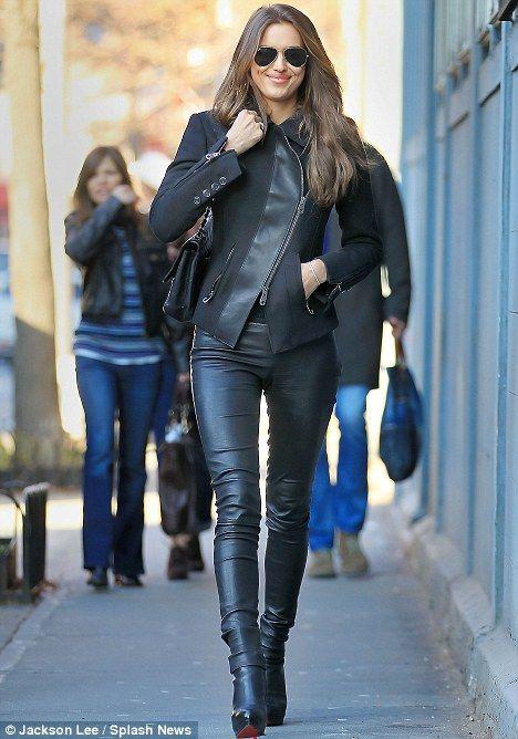 Irina Shayk geht in die Hölle für Leder, als sie sich in einige EXTREM enge Hosen gießt