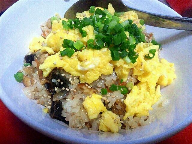 単にご飯に五目ちらし寿司の素と刻んだうなぎを混ぜて、入り卵と小口ネギ 乗せただけ!簡単ンマー |艸`) - 5件のもぐもぐ - うなぎちらし寿司 by Eleru