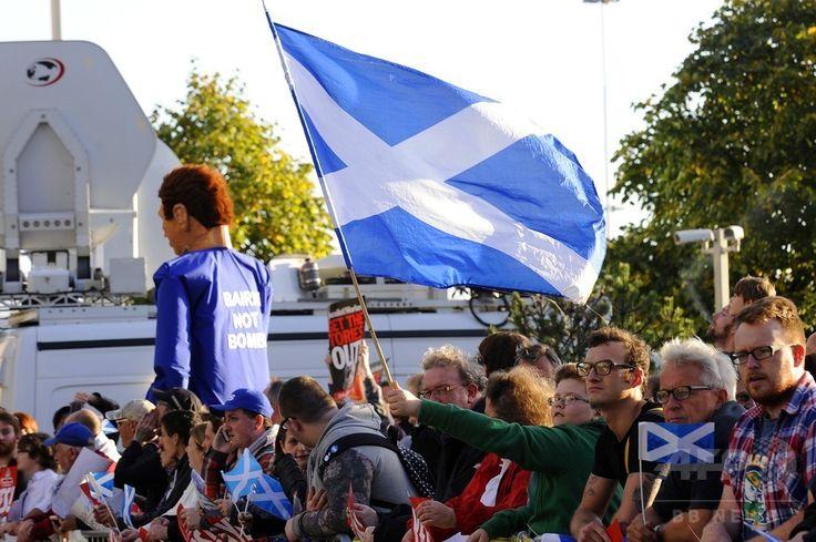英スコットランド・グラスゴー(Glasgow)で、デービッド・キャメロン(David Cameron)英首相が出席する企業経営者らとの会合の会場近くでデモを行うスコットランド独立支持派の人々(2014年8月28日撮影)。(c)AFP/ANDY BUCHANAN ▼29Aug2014AFP|世論調査でスコットランド独立派が増加、英首相は残留の利点強調 http://www.afpbb.com/articles/-/3024431 #Glasgow_Scotland