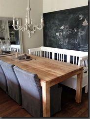 Kleurencombi van grijze stoelen, witte bank en houten tafel vind ik mooi.