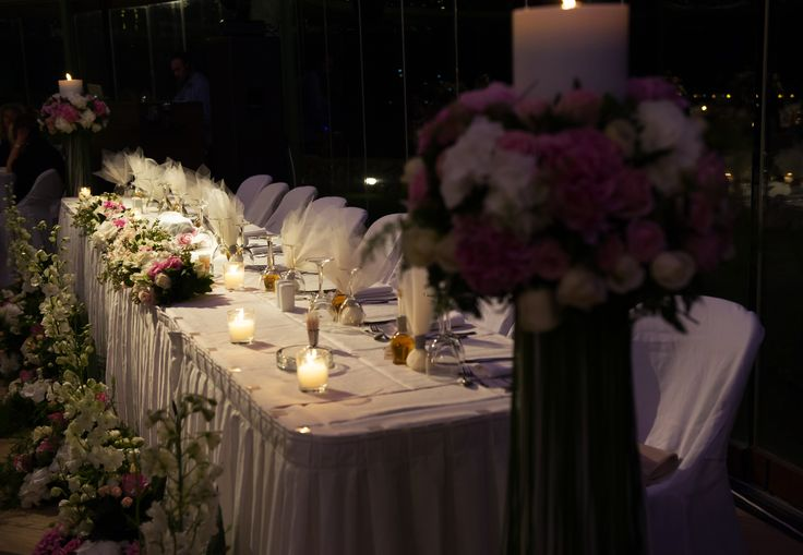 Wedding top table with pink and white flowers / Νυφικό τραπέζι με ροζ και λευκά λουλούδια