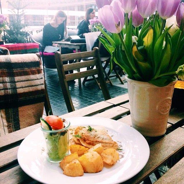 Śledź w cieście z ziemniaczkami opiekanymi   #letarg #letargbistro #sun #sunny #friday #fish #soup #tulips #flowers #poznan #table #restaurant #starybrowar #spring #in #the #air #foodporn #instafood #foodgasm #vsco #vscocam #vscolovers