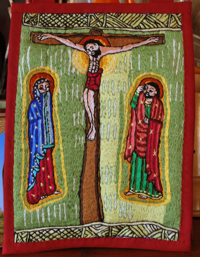 Icône textile d'après un manuscrit copte, 22 x 16,5 cm, 2016 Célébré le Vendredi Saint. Condamné à mort par le préfet romain Ponce Pilate à la demande des pharisiens de Jérusalem, Jésus est exécuté…
