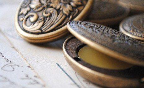Твердые духи— полностью натуральных продукт, который создается на основе твердых растительных жиров и эфирных масел, что также полезно для кожи. Вы можете создавать свой аромат с нуля, и он будет только вашим. И я уже говорила, но сделать эти духи прямо дома действительно просто и под силу каждому. Нам понадобится: — Пчелиный воск. — Миндальное масло. — Эфирные масла на свой вкус. Эти вещи в ассортименте вы можете найти в любой крупной аптеке. Не помешает предварительно протестировать…