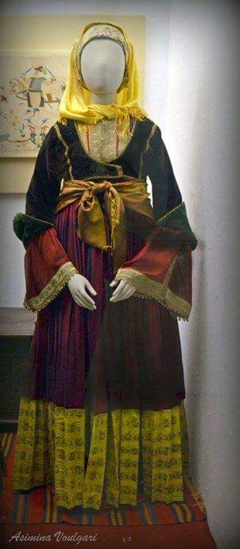 Νυφιάτικη φορεσιά. από την Σκιάθο. Φωτογραφία: Ασημίνα. Βούλγαρη.