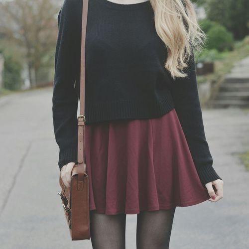 Le kaki et le Bordeaux les couleurs de cet hiver! Jupe bordeau Pull noir et sac cuir marron vintage