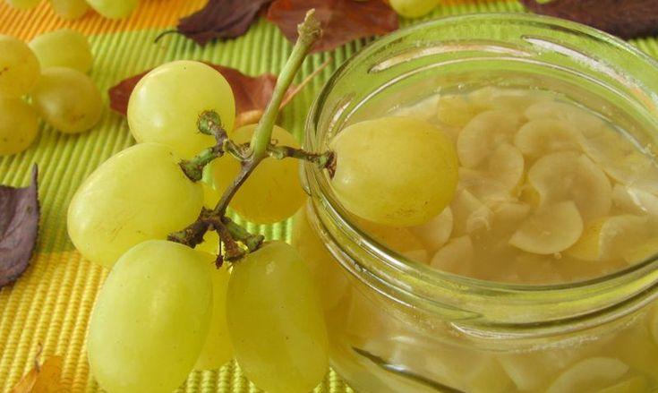 Najbolje upotrebiti poluzrelo grožđe. Bobice dobro oprati i očistiti. U šerpu…