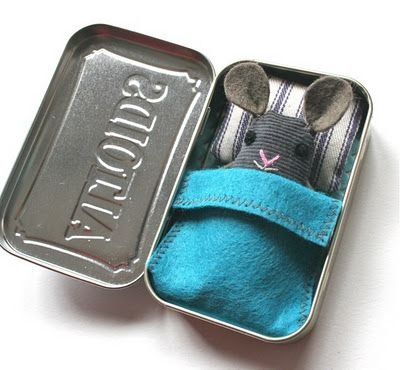 Handmade toddler gift: Mouse in a Tin Box! I love this! I know my toddler would take this everywhere!: Mice, Tins Beds, Wee Mouse, Gifts Ideas, Mouse House, Cute Ideas, Handmade Gifts, Kids, Altoids Tins