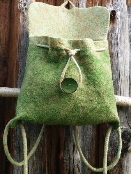 Der gefilzter Rucksack mit Innentasche in grün ist ca 32 cm breit 33 cm hoch . Die Innentasche ist mit Magnetverschluss. Der Rucksack wird mit einem Naturknopf geschlossen. Unikat! Handwäsche!