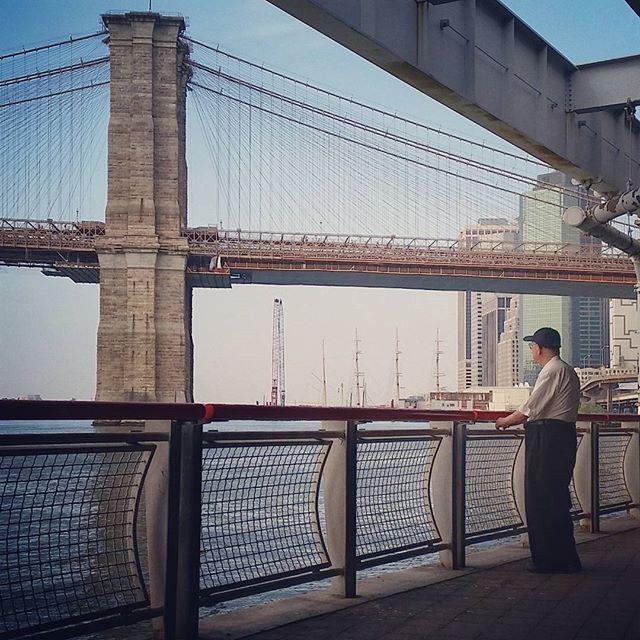 Глядя на Бруклинский мост. #ньюйорк #манхэттен #бруклинскиймост #nyc #manhattan #brooklynbridge by samsebeskazal
