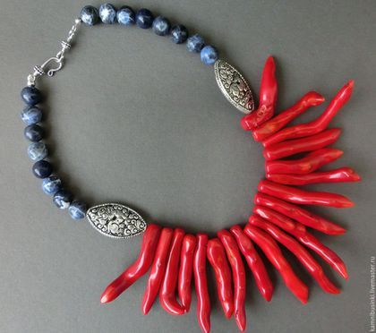 Бусы `Коралловый риф` украшения в морском стиле  - красный коралл, непальские бусины, содалит, тибетская фурнитура - ручная работа Kamnibusinki.