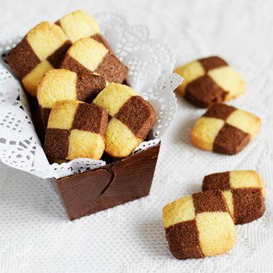 Schackrutor är en av våra mest klassiska småkakor som gör sig utmärkt på kakfatet med sitt snygga mönster. Med majsmjöl, majsstärkelse och pofiber är det enkelt att baka glutenfria schackrutor. Och vi lovar – de är lika goda som originalet!