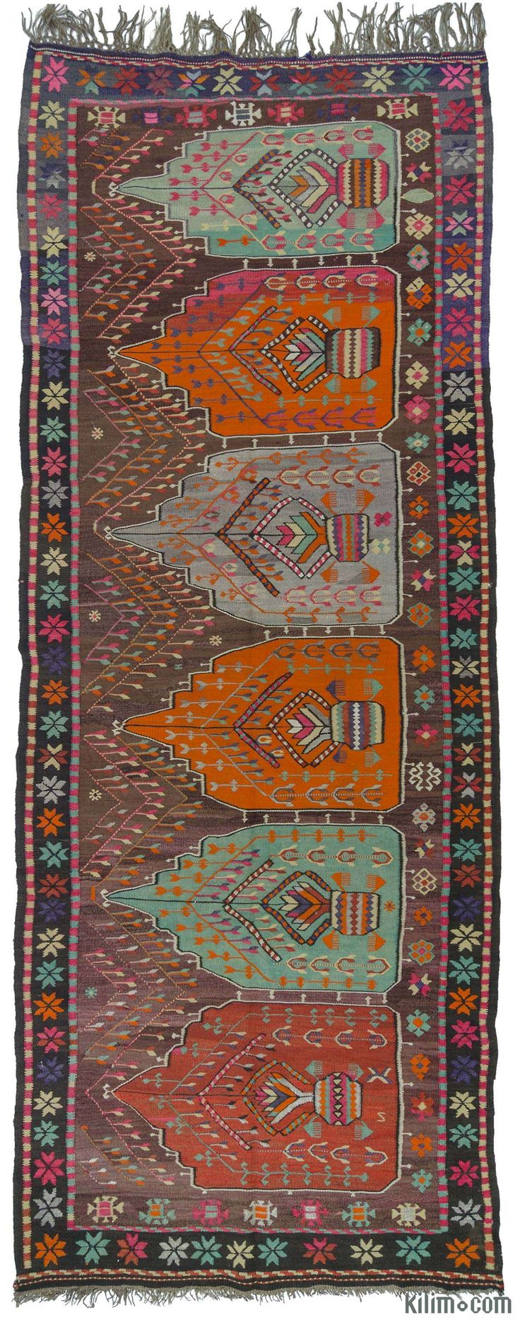 Vintage hand-woven Artvin kilim rug with prayer arch motifs. This lovely kilim is around 50 years old and in very good condition. Artvin is located in the northeastern Black Sea region of Turkey.