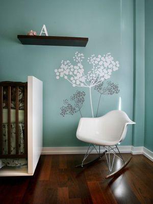 Mooie kleurencombinatie voor een #babykamer | Pretty colors and a fun chair for a #nursery