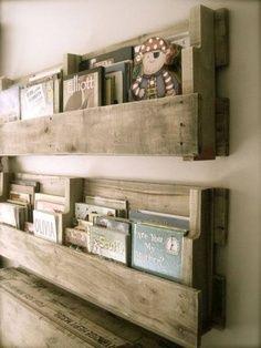 Biblioteca reciclada (palets penjats a la pared)
