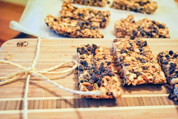 (Super) Easy No-Bake Granola Bars   Free People Blog #freepeople   rolled oats , chia seeds  ,chopped nuts  , almond butter,  , raw honey   ,cacao nibs