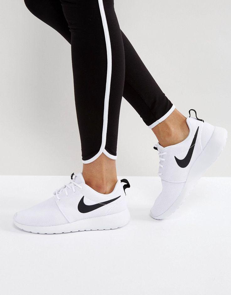¡Cómpralo ya!. Zapatillas de deporte en blanco y negro Roshe de Nike. Zapatillas de deporte Roshe Run de Nike, Exterior de malla transpirable, Cierre de cordones, Nombre de la marca, Suela ligera acolchada, Tobillo acolchado para mayor comodidad, Suela ligera con relieve para mejorar la tracción, Limpiar con un paño, Exterior: 100% textil. Nike domina la industria de la ropa de deporte dando un toque fresco y a la última a prendas casual. Las zapatillas de deporte supercool y las hi-tops...