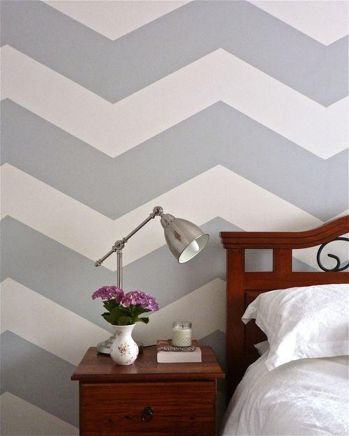 Zigzag muur in wit en grijs.