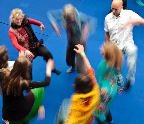 Train large groups for improv performances in dance or theatre.